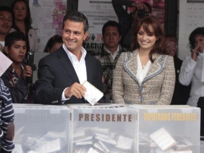 Enrique Peña Nieto emitiendo su voto