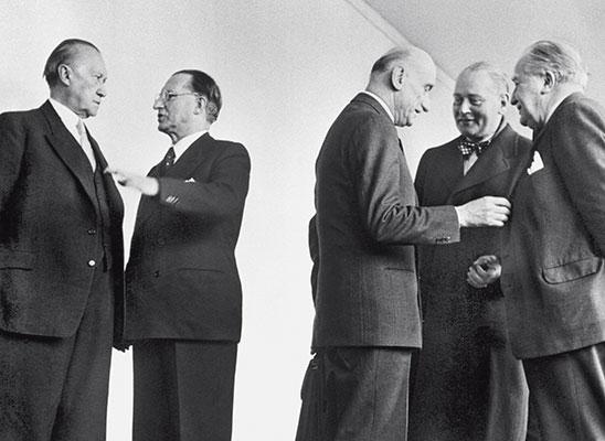 De Gasperi, Adenauer  a la izquierda y Schuman a la derecha junto a ministros de Holanda y Luxemburgo
